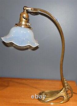 Antique Français Art Nouveau Déco Bronze Desk Table Lamp Avec Opaline Glass Shade