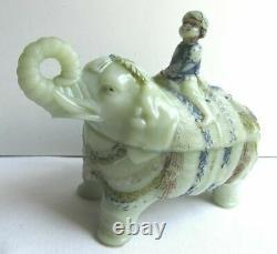 Boîte En Verre De Lait, Opaline Peinte, Signée Vallerysthal Mahout Sur Éléphant