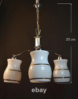 Élégant 1940 Art Déco Trois Bras Lustre Gilt Opaline Milk Glass Nuances