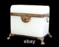 Français White Opaline Glass Footed Box Bronze Monte Deux Poignées D'anneau 19ème Cent