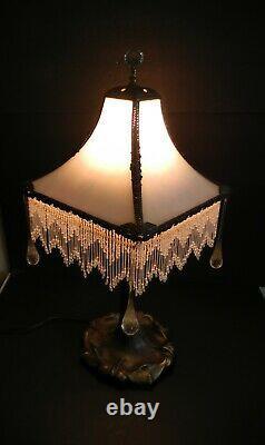 Lampe Vintage Art Deco Avec Scories Opalescents Courbées Et Frange De Perles De Verre
