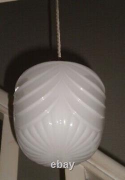 Paire (x2) De White Opaline Glass Pendentif Lights Art Déco Design, 20ème Siècle