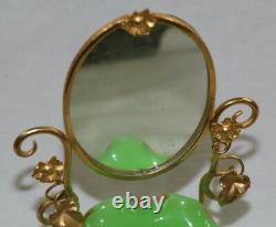Plat Rond Vert D'opaline De Palais Royal Et Miroir Ovale Dans Le Cadre En Métal Doré