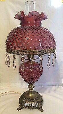 Vintage Fenton Art Glass Cranberry Opalescent Hobnail Lampe Avec Prismes H3