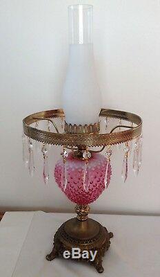 Vintage Fenton Art Glass Cranberry Opalescentes Cloutés Lampe Avec Prismes